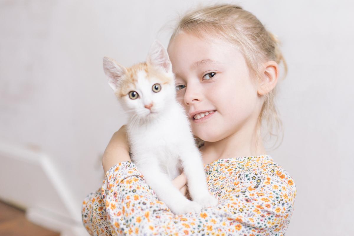 séance photo lifestyle en famille avec le chat