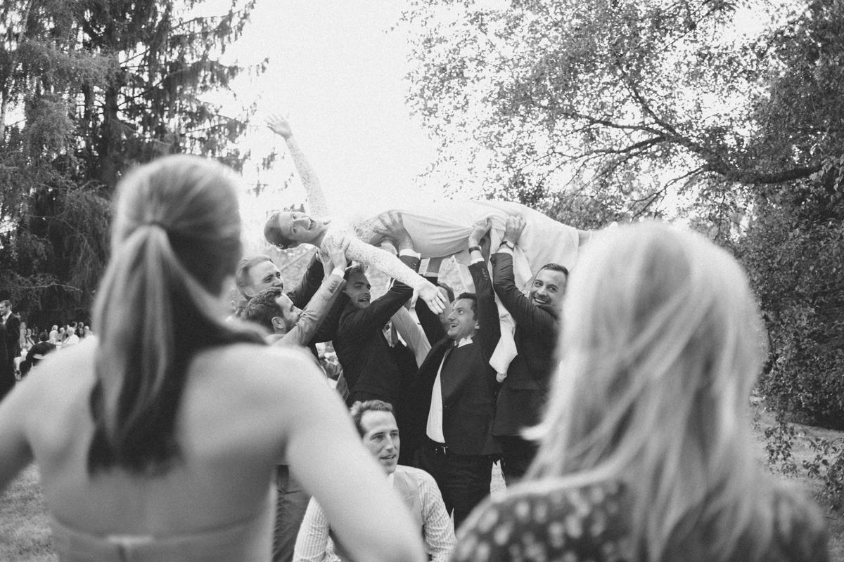 Photographe mariage dans les Yvelines mariée en l'air