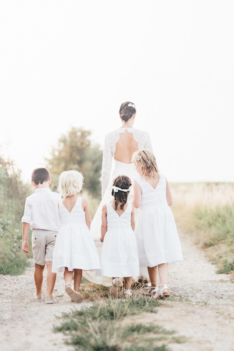 Photographe mariage dans les Yvelines mariée marche avec enfants