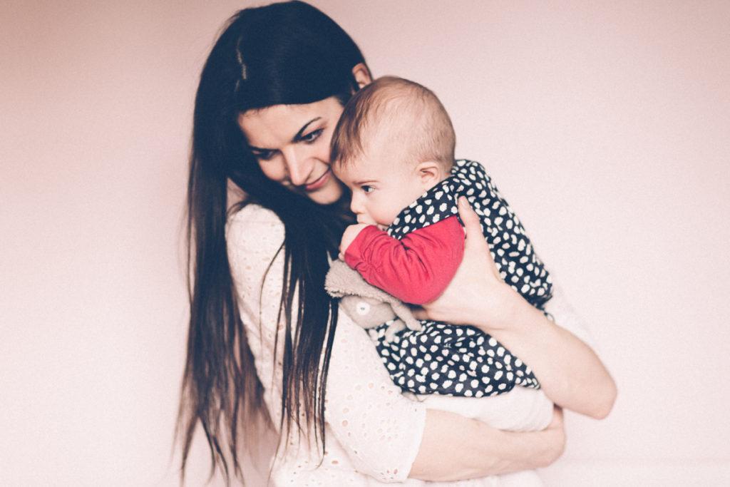 photo maman et bébé dans les bras