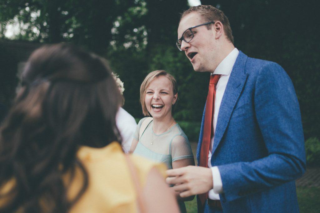 rires lors du mariage à l'orangerie du vert bois