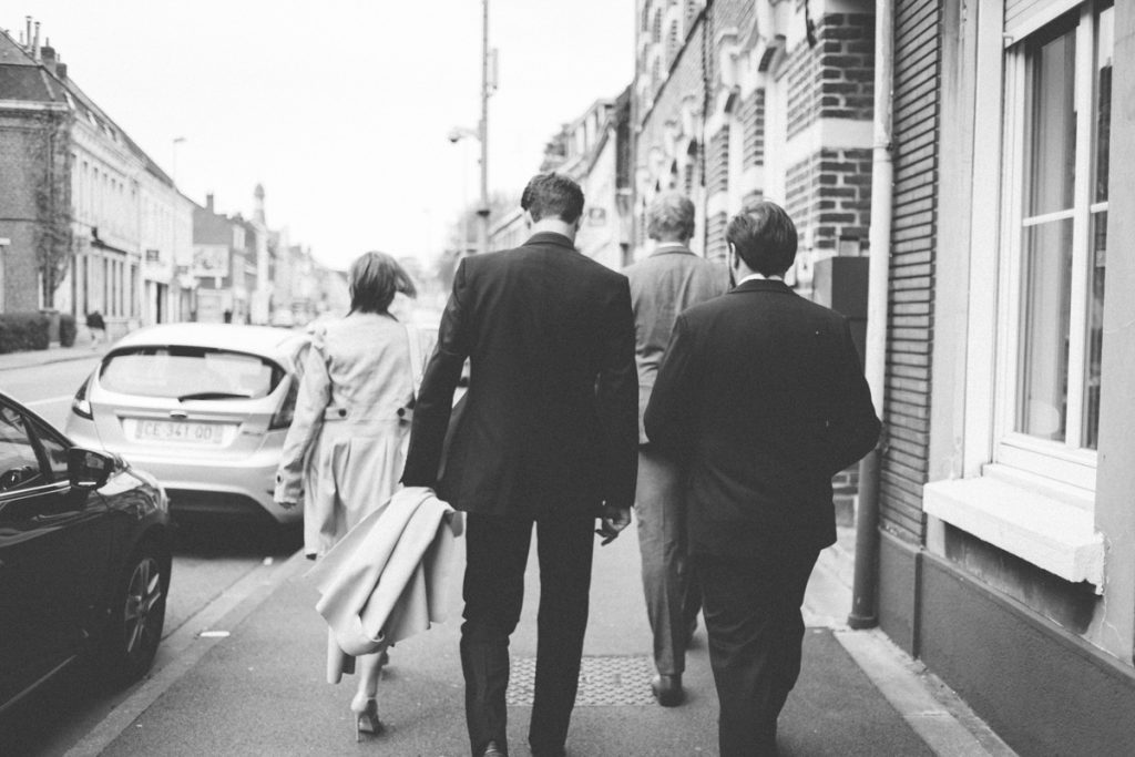 mariés marchant vers la marie de lambersart