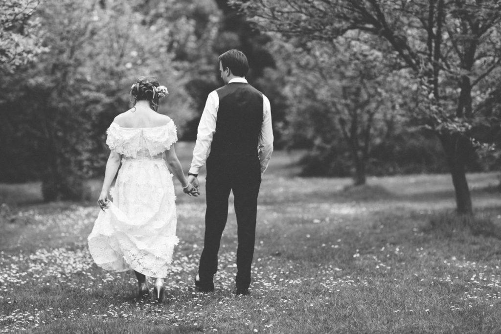 mariés marchant dans le parc du chateau du vert bois