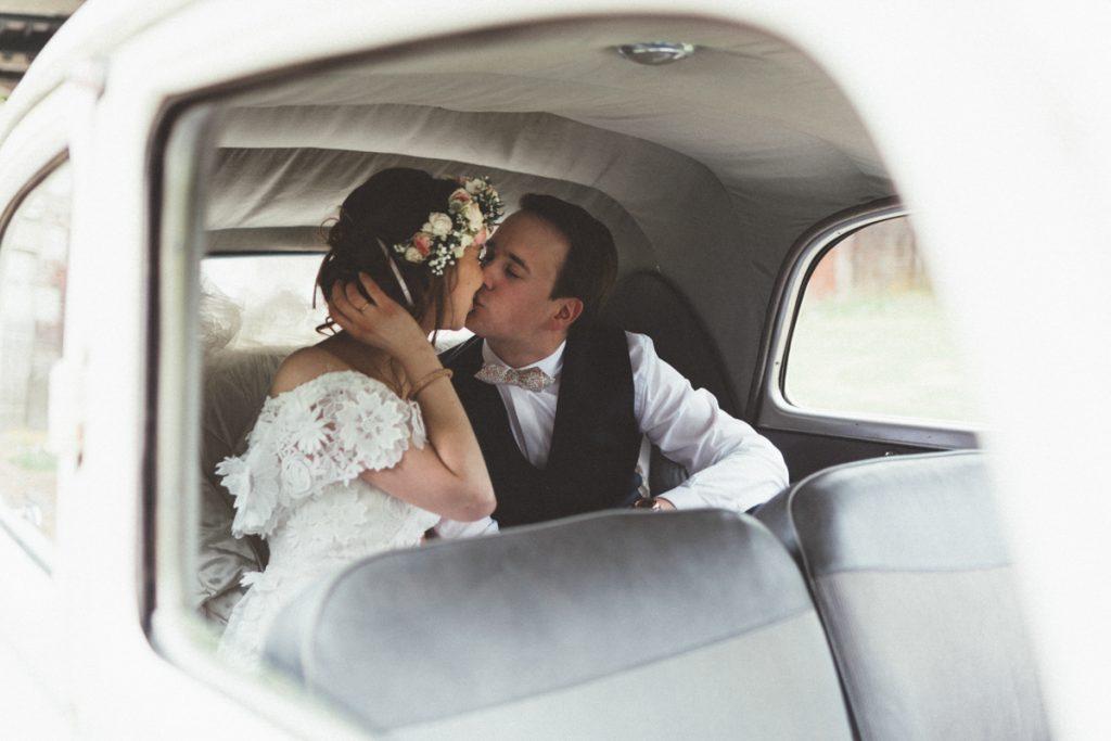 mariés dans vieille citroen
