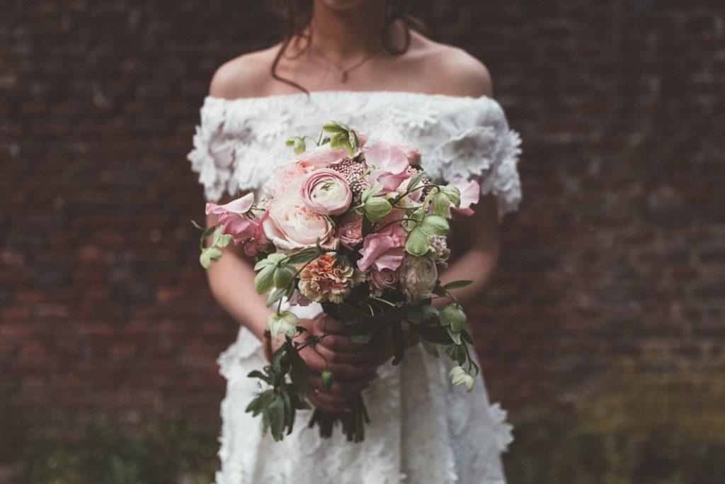 mariée avec desfleurspleinlatete au chateau du vert bois