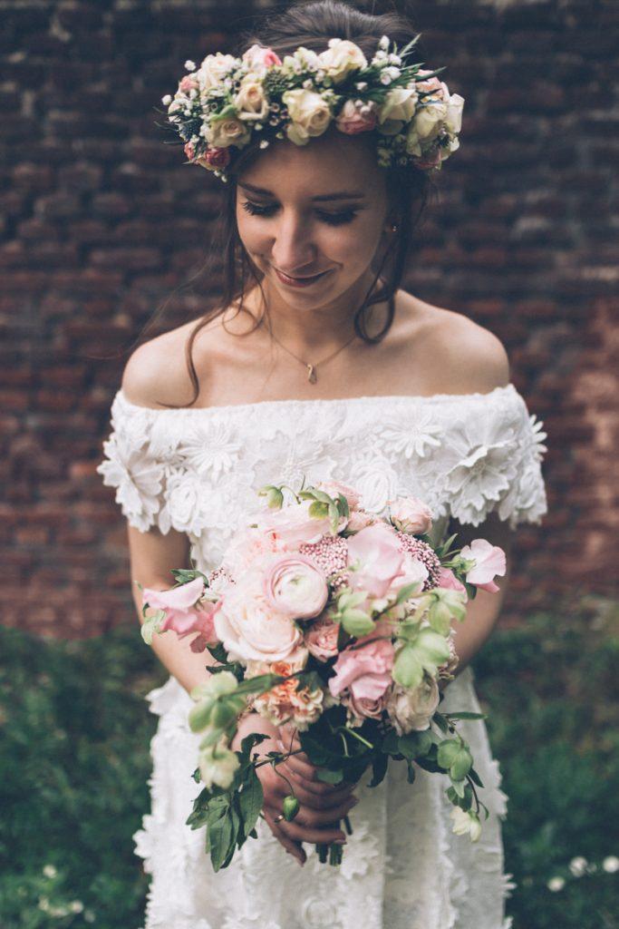 mariée avec son bouquet desfleurspleinlatete