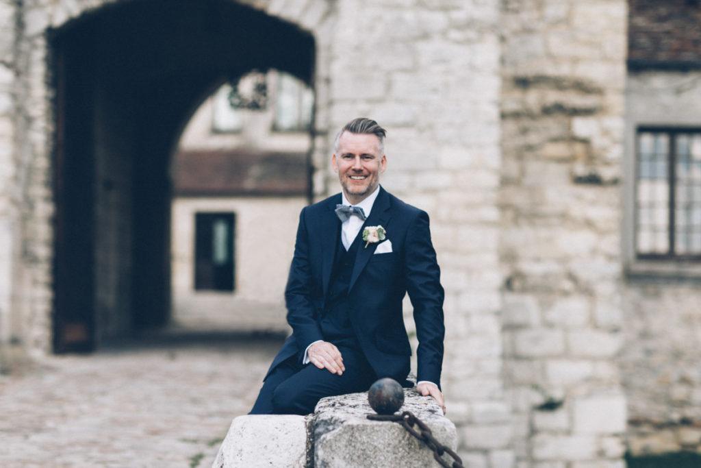 Mariage dans l'Oise marié pose pour photo