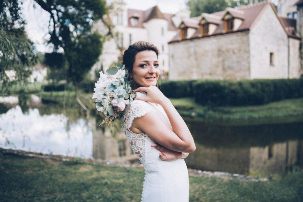 photographe mariage oise photo de la mariée devant chateau pontarmé