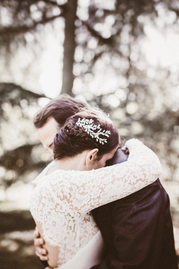 photographe de mariage dans les yvelines photo de couple s'enlaçant