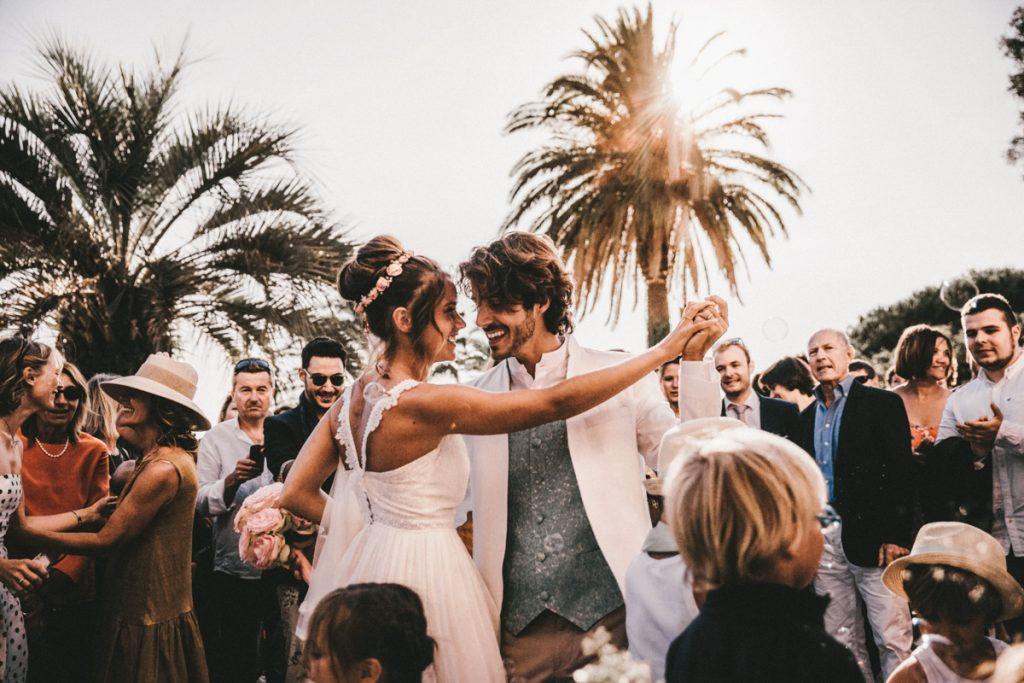 Photographe Mariage Nice danse devant eglise rayol