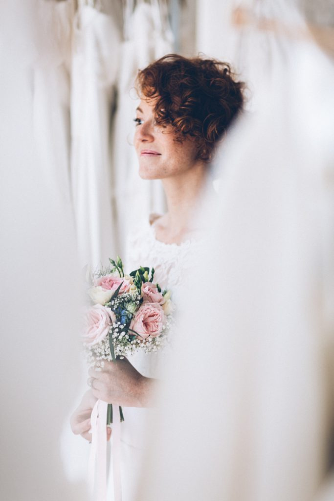 Photographe Mariage Lambersart mariée rousse dans robe de mariée