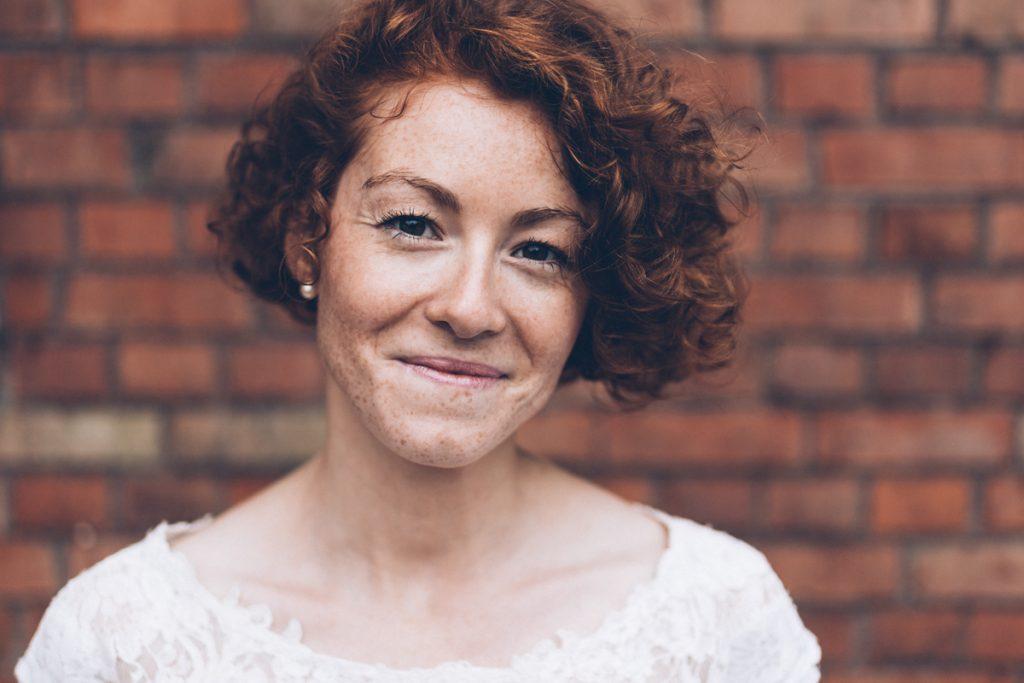 Photographe Mariage Lambersart mariée rousse devant mur du briques domaine de la chanterelle