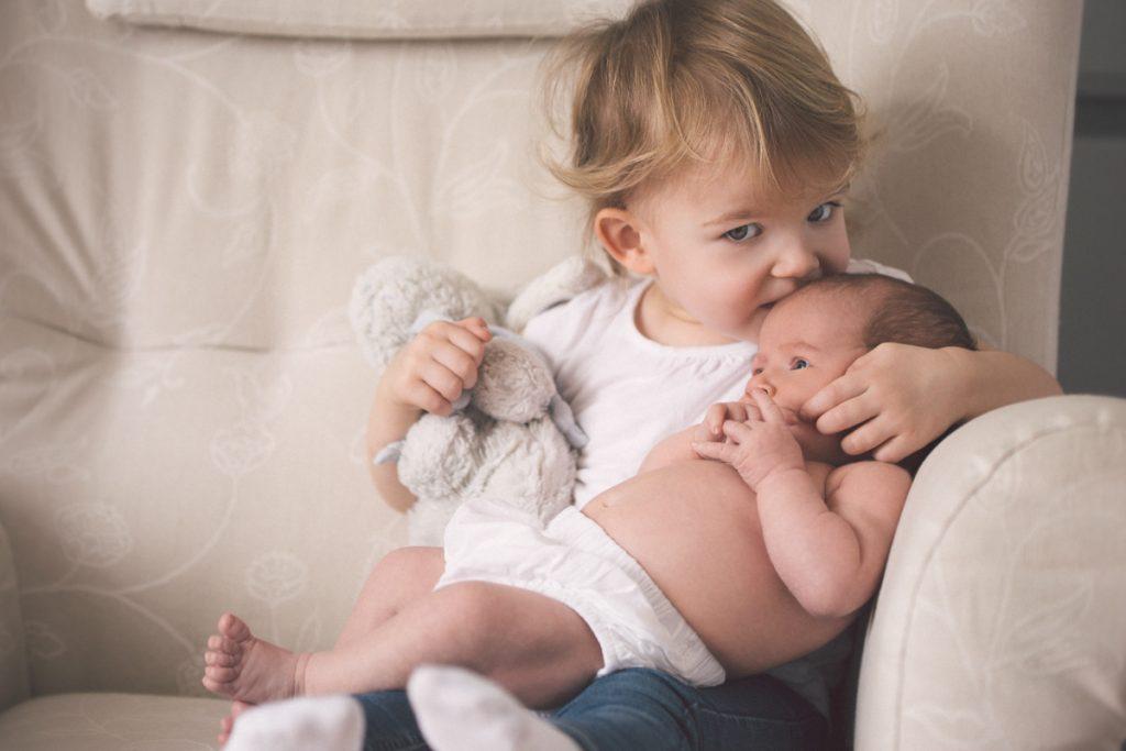 Le bébé et sa grande soeur en séance photo