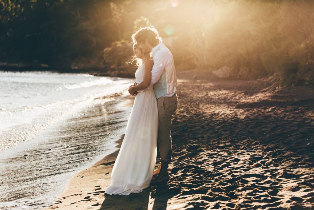 photographe mariage cavalaire sur mer photo de couple sur la plage du rayol