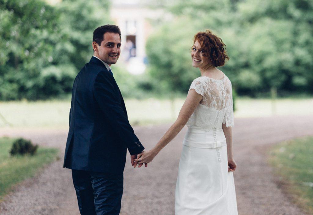 mariés dans l'allée du château de prémesques
