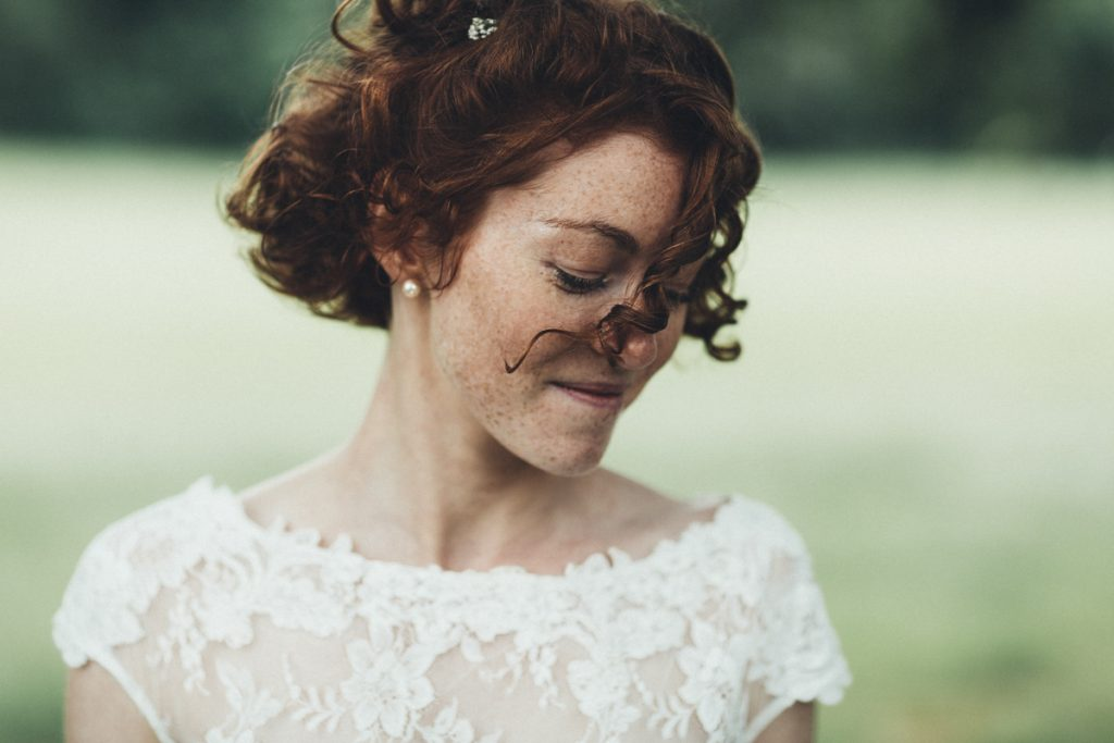 mariée rousse dans le parc du château de prémesques