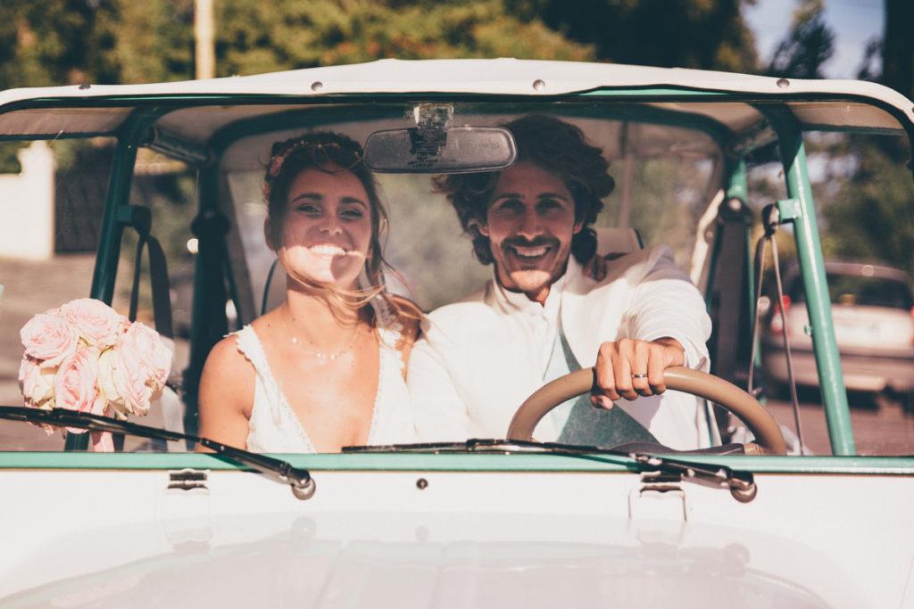photographe mariage dans le var mariés sourire voiture