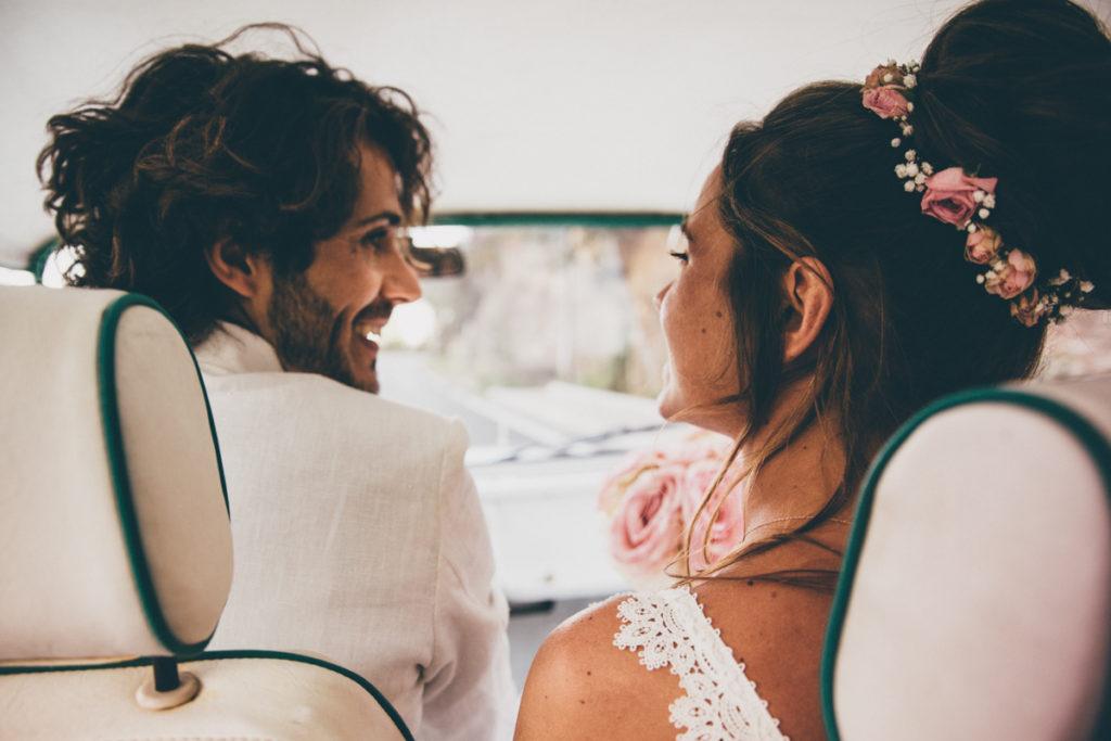 photographe mariage dans le var mariés dans voiture