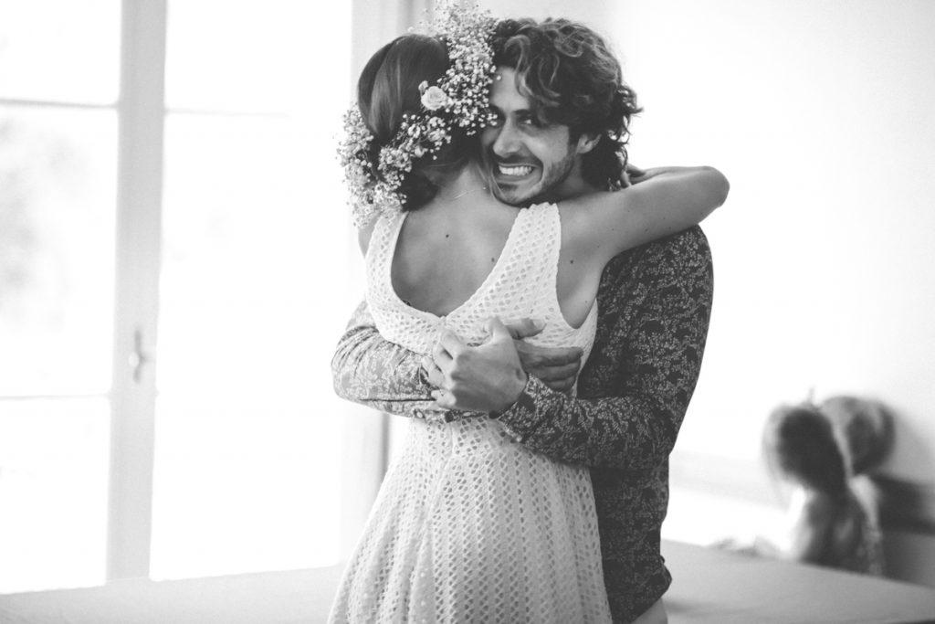 mariés qui s'enlacent à la mairie du rayol