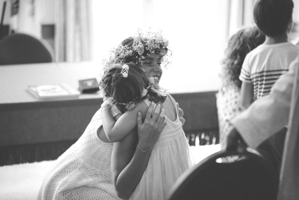 calin avec la petite soeur de la mariée à la mairie du rayol
