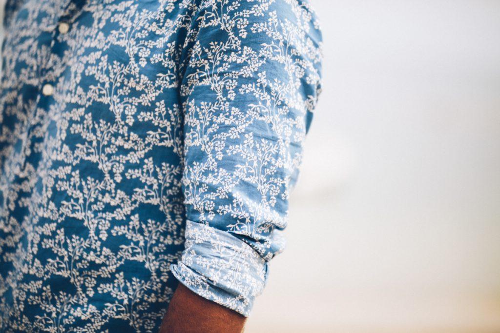 détail chemise du marié sur la plage de pramousquier