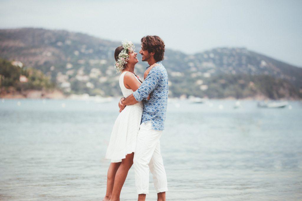 les mariés s'embrassent sur la plage de pramousquier