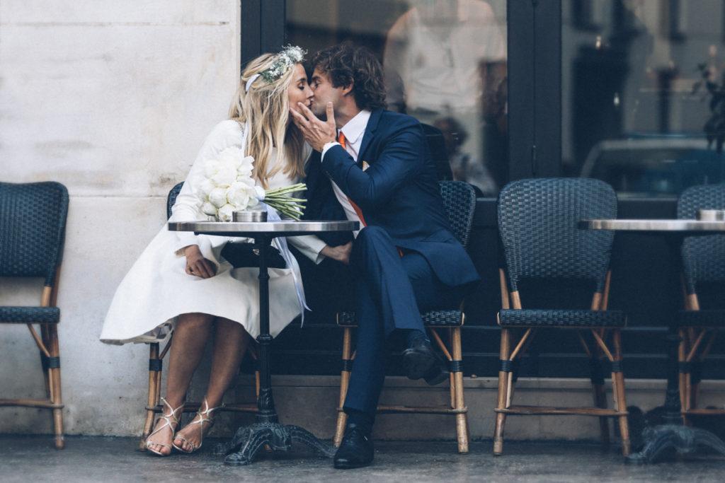 photographe mariage paris bisou du marié café ciro