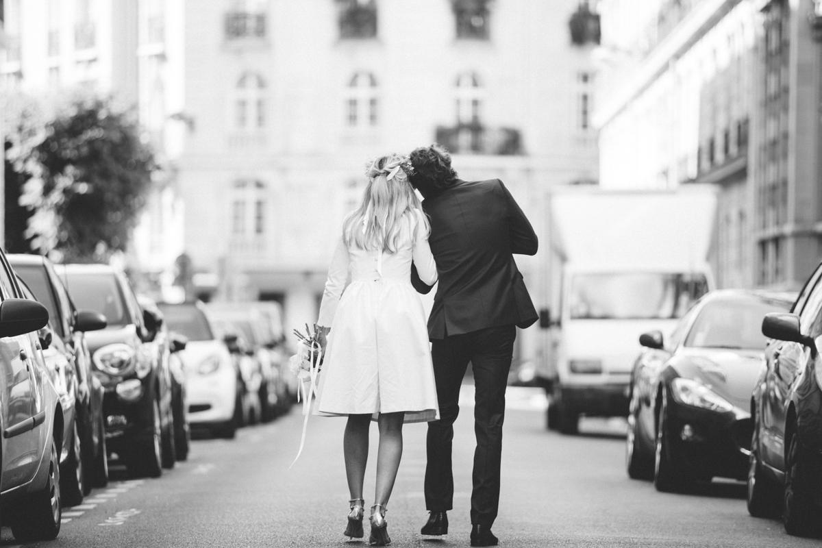 mariée marchent dans paris