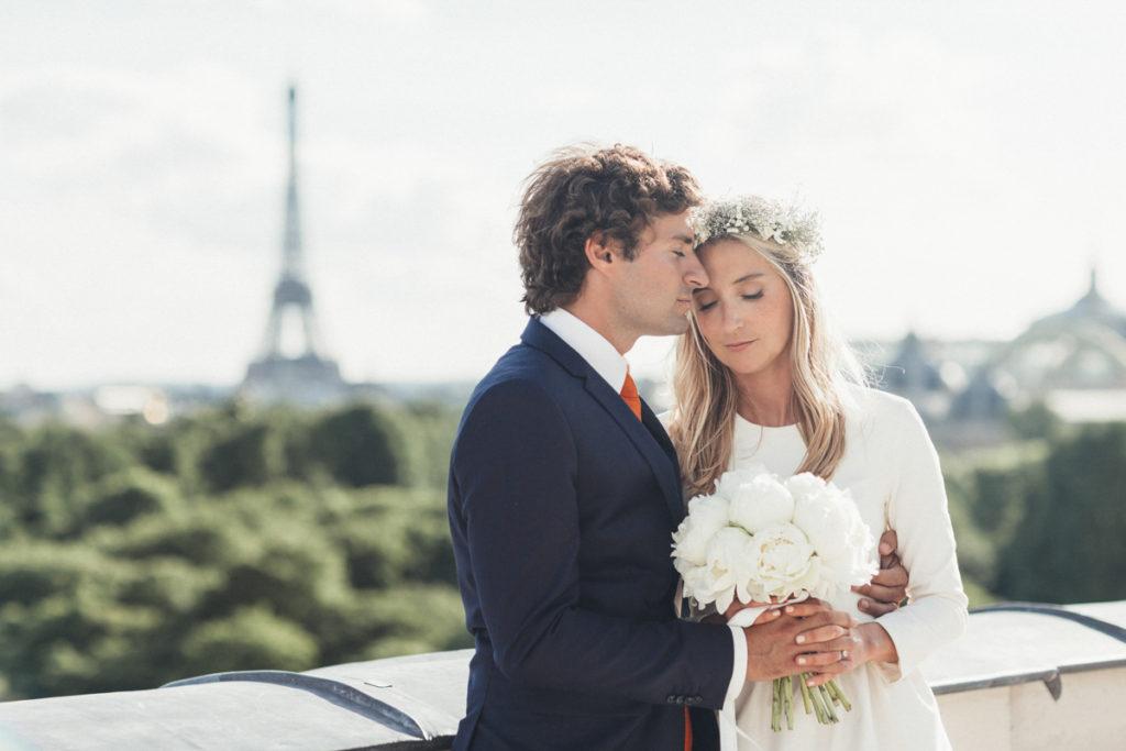 photographe mariage paris mariés devant la tour eiffel yeux fermés