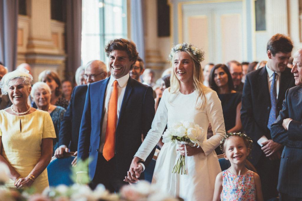 mariés souriant mairie de paris