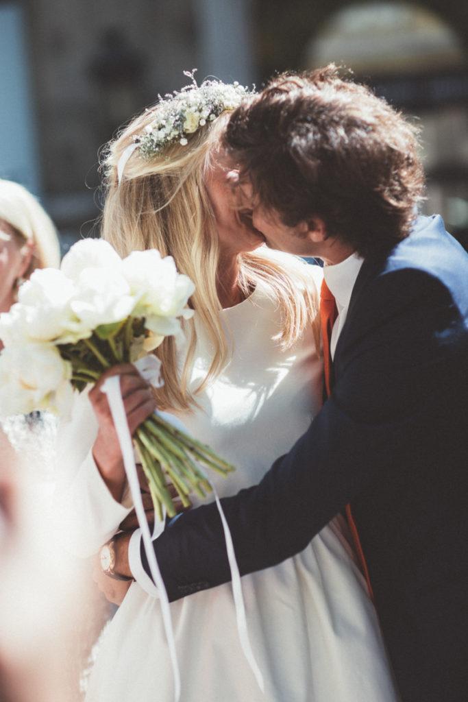 bisou des mariés devant la mairie