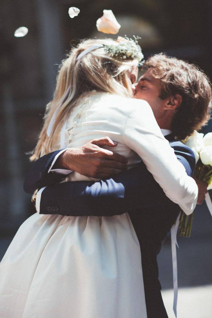 embrassade des mariés devant la mairie a paris