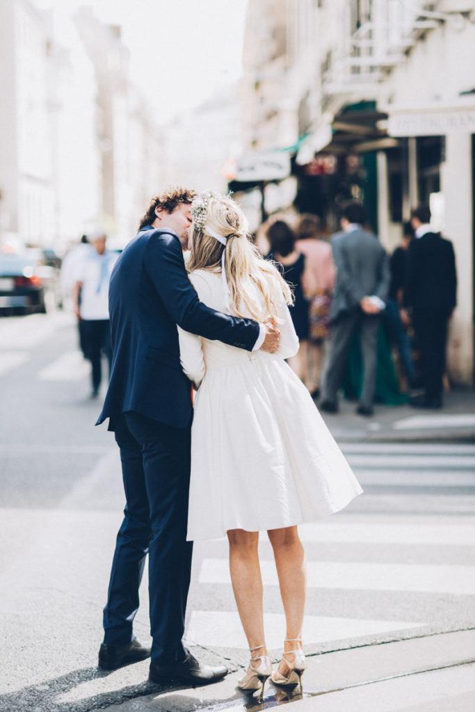 mariés dans rue de paris