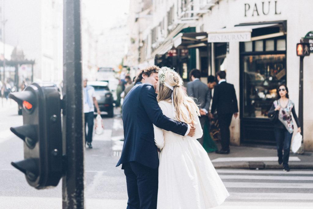 mariés s'embrassant dans paris