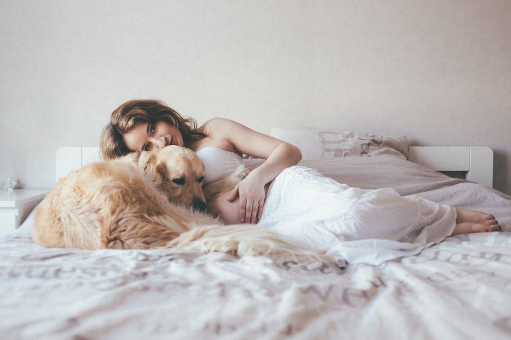 photographe seine saint denis femme enceinte avec chien