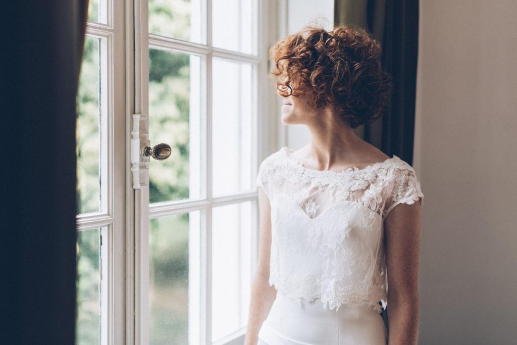 Photographe Mariage Lille mariée rousse chateau premesques fenetre