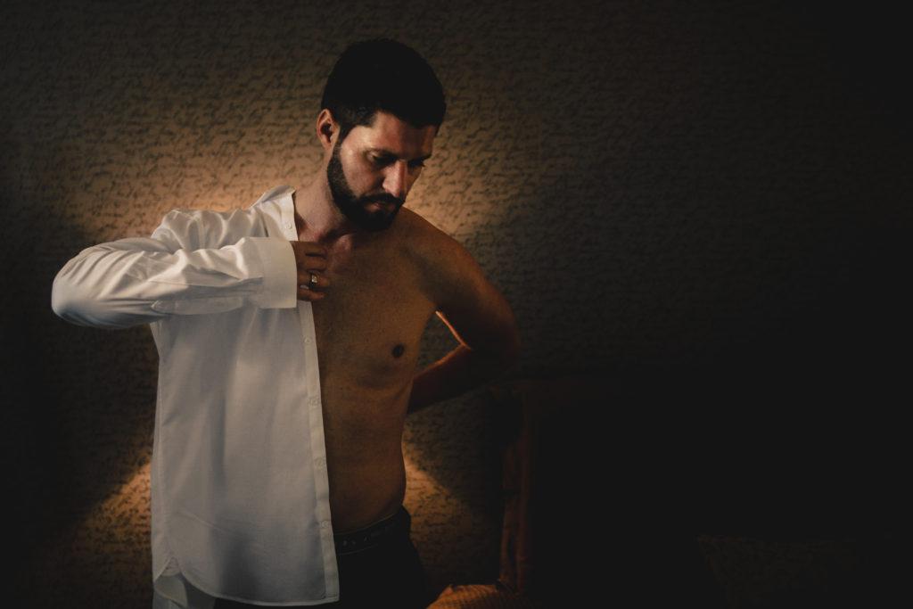 photographe mariage seine et marne photo de préparatif du marié à la ferme du grand hotel du bois