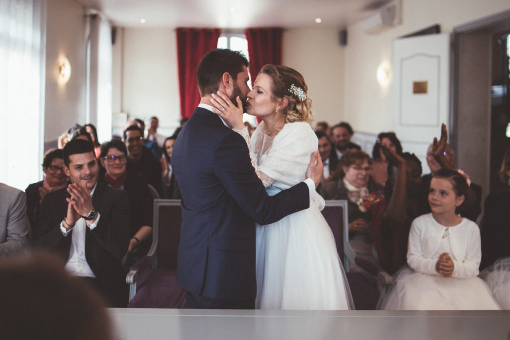 Photographe Mariage Claye Souilly baiser mariés mairie claye souilly