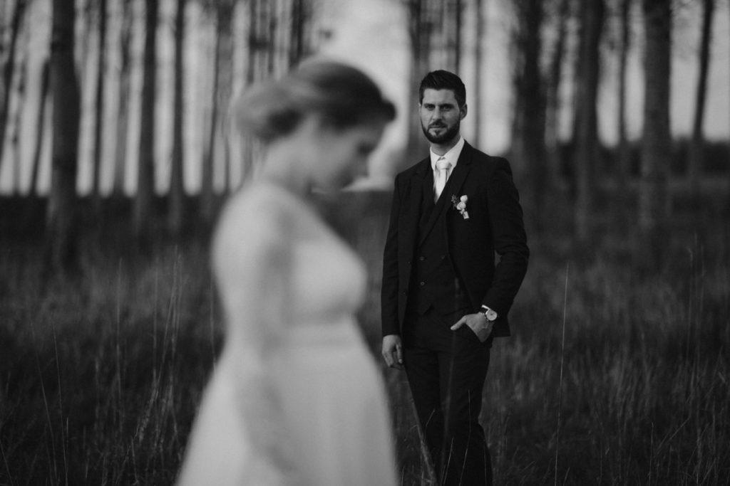photographe de mariage en seine et marne photo de couple en noir et blanc mariée enceinte