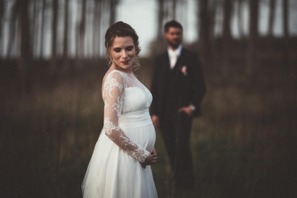 mariée enceinte pendant le séance photo couple en seine et marne