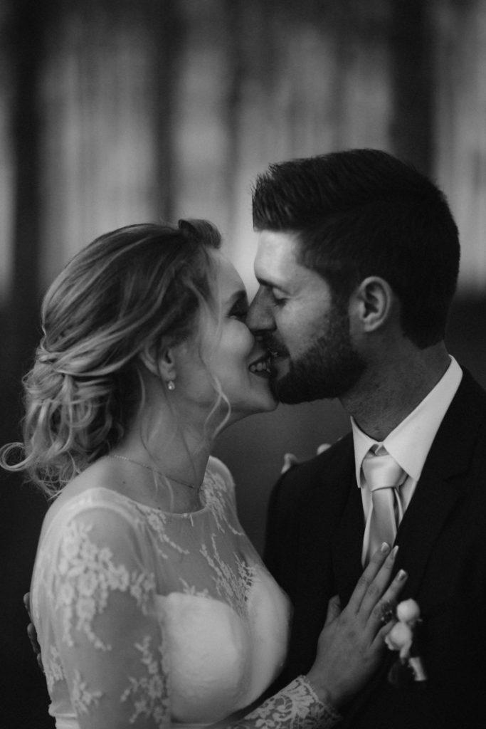 photographe mariage seine et marne baiser photo de couple jeune marié noir et blanc
