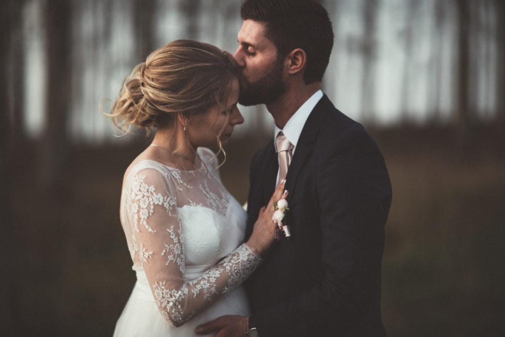 photographe de mariage en seine et marne photo de mariage couple bisous forêt