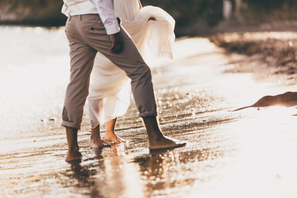 Photographe Mariage Antibes mariés pieds dans l'eau