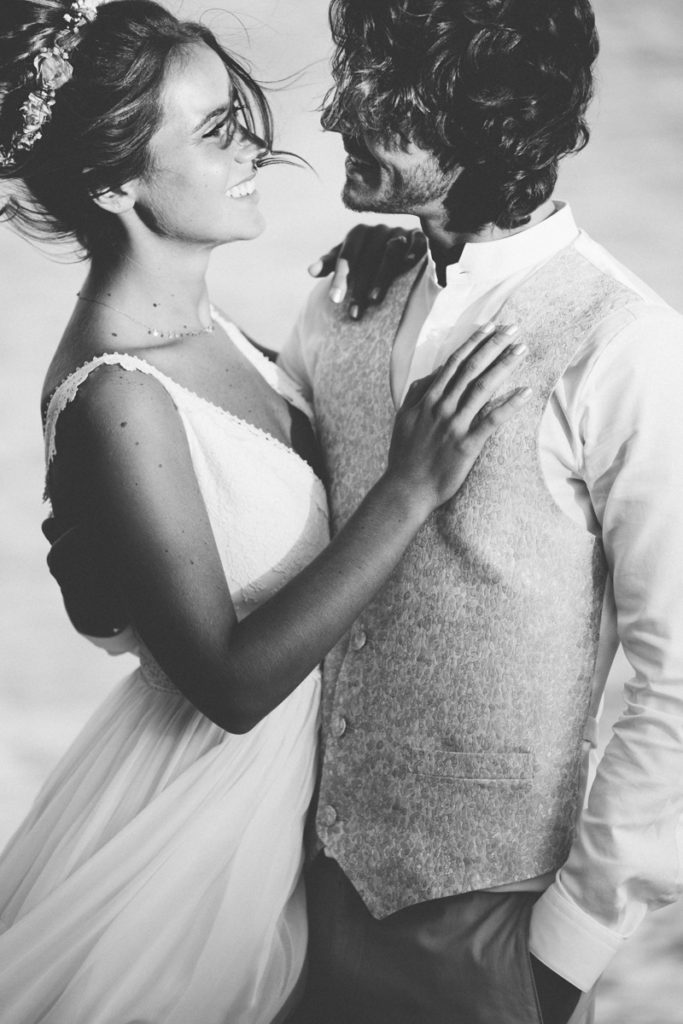 Photographe mariage cannes photo de couple au bord de l'eau en noir et blanc