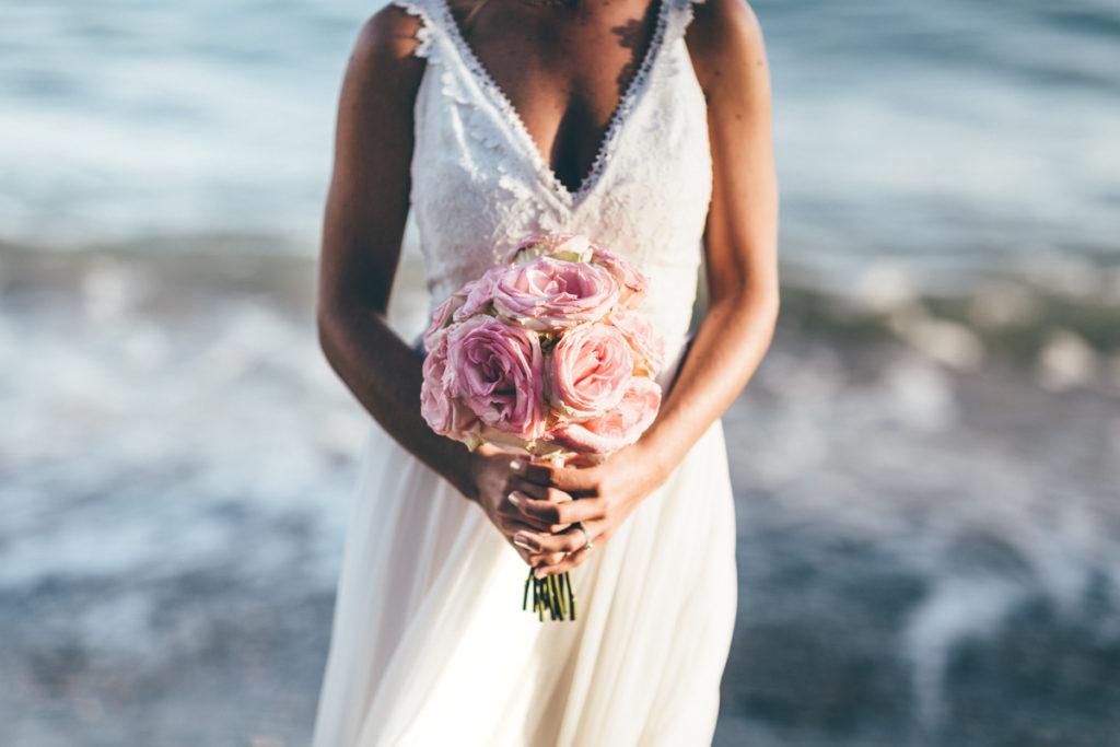 Photographe Mariage Antibes mariée et son bouquet devant la mer