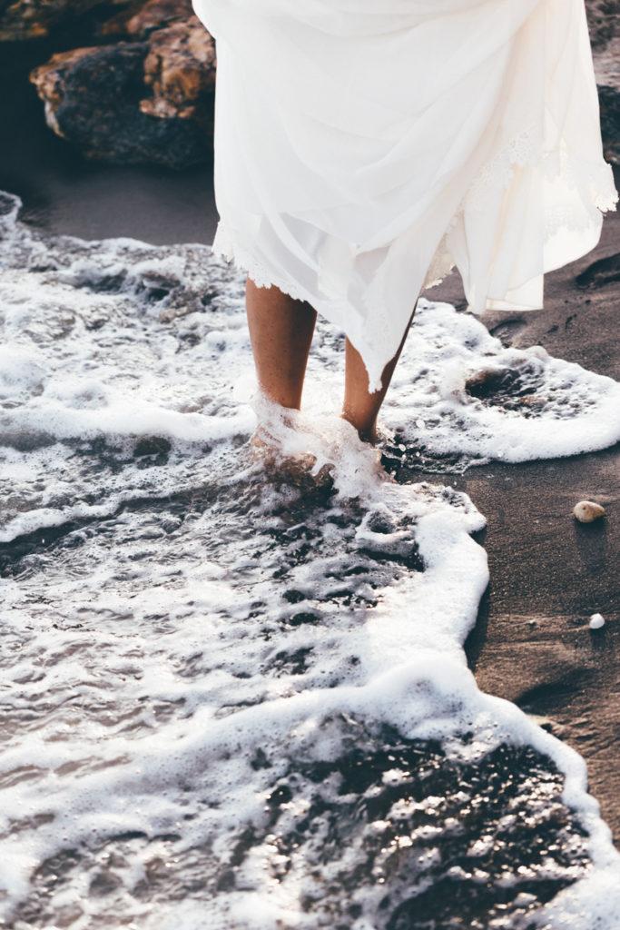 Photographe Mariage Antibes mariée pied dans l'eau