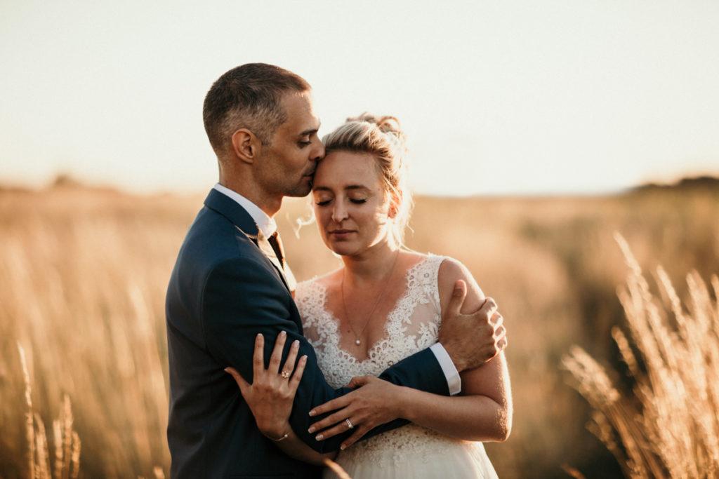 Photographe Mariage Provence mariés champ de blé