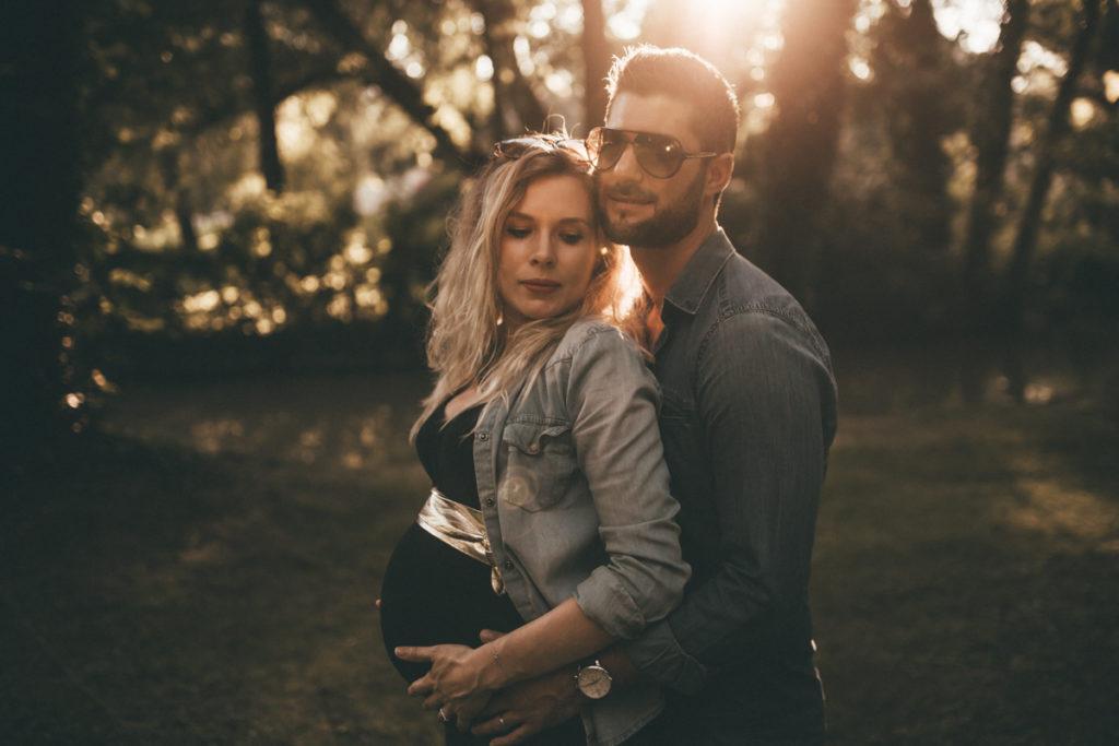 Séance photo grossesse en Seine & Marne couple amoureux sunset