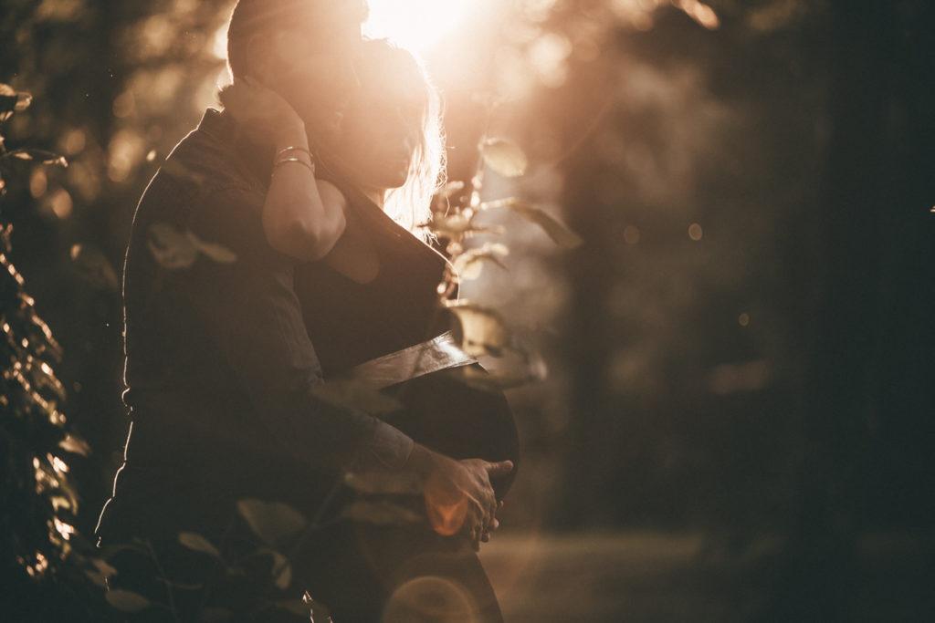 séance photo grossesse en seine et marne soleil couchant couple amoureux