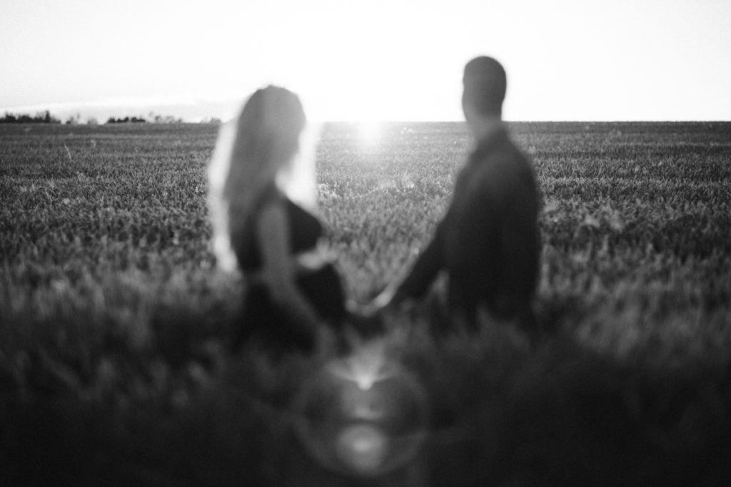 Séance photo grossesse en Seine & Marne couple champs de blé noir et blanc